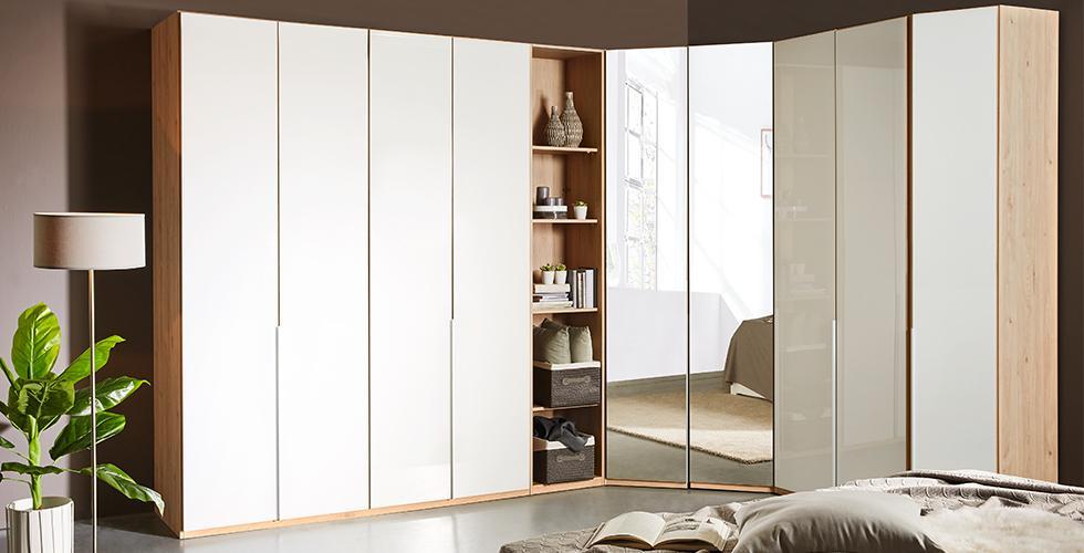 Geschlossener Kleiderschrank mit Drehtüren, Spiegel und einem offenen Regalelement von mömax.