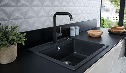 Einbauspüle in Schwarz in einer weißen Küche von mömax.