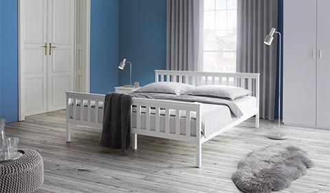 Doppelbett Pina aus weiß lackierter Kiefernholz von mömax.