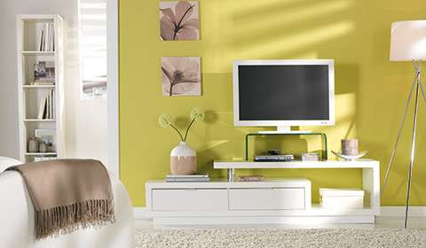 TV stojalo iz stekla na dnevnem regalu bele barve