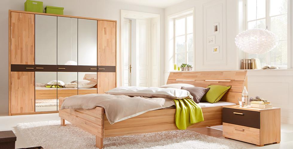 Schlafzimmerset mit Drehtürenschrank, Bett und Nachtkästchen in Buche von mömax.