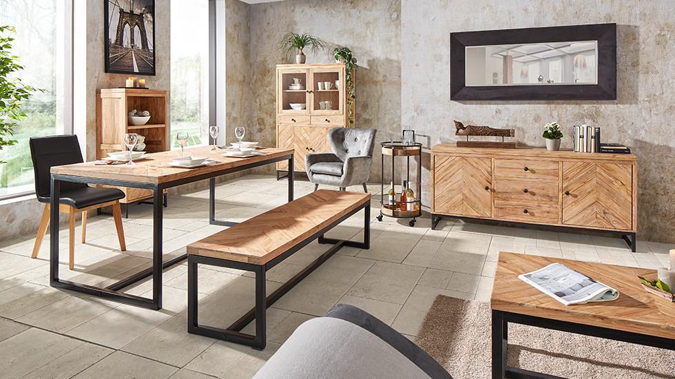 Akazienfarbene Esszimmerserie mit schwarzen Beinen, bestehend aus Esstisch, Sitzbank, Couchtisch, Sideboard, Vitrine und Regal von mömax.
