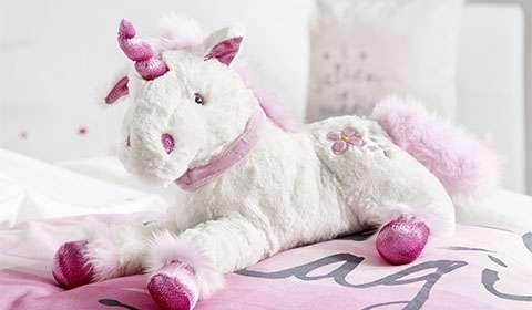 Flauschiges Einhorn aus Plüsch in Weiß und Rosa von mömax.