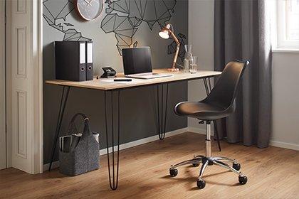 Stilvoller Schreibtisch mit Holzplatte und Metallbeinen von mömax