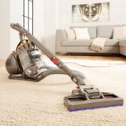 Staubsauger auf einem beigenen Teppich