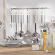 verschiedene Küchenhelfer an einer Küchenreling