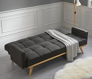 Gemütliche, dunkelgraue Couch mit Schlaffunktion von mömax.