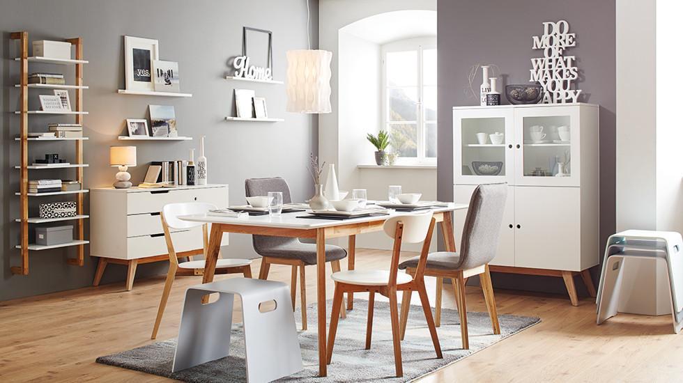 Weiße Esszimmerserie mit walnussfarbenen Beinen, bestehend aus Esstisch, Regal, Sideboard, Highboard, von mömax.