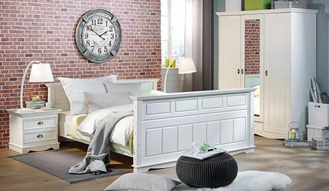 Doppelbett aus weiß lackierter Kiefer im Landhaus-Look von mömax.
