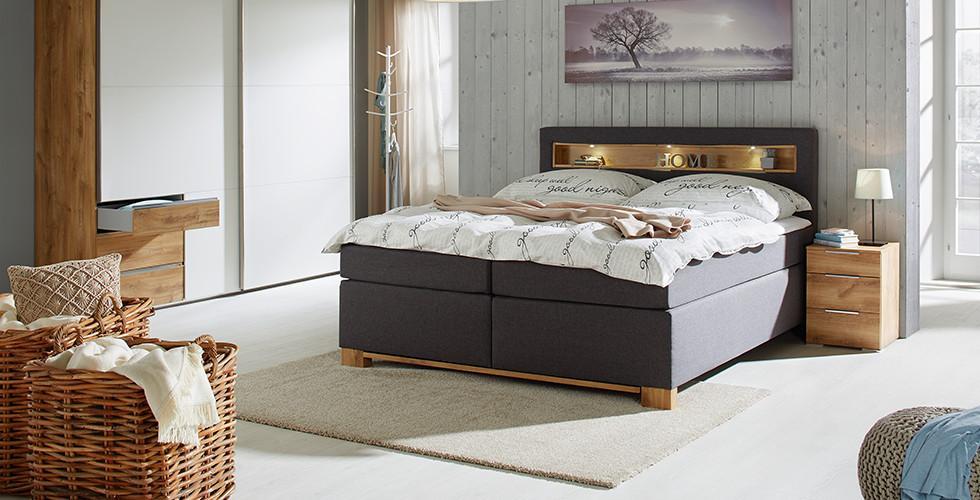 Schlafzimmer Boxspringbett Grau Nachttisch Braun Holz