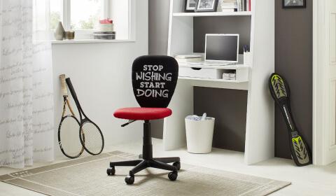 Pisarniški stol rdeče barve v mladinski sobi