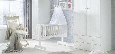 Babywiege und Schaukelstuhl in weiß