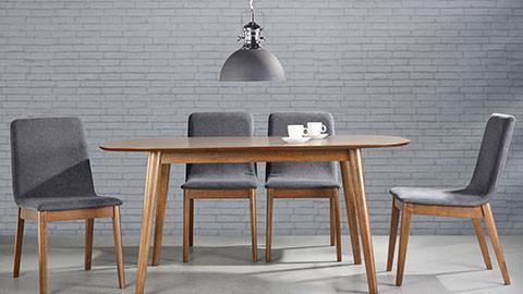 Moderner Esstisch mit passenden Stühlen, grau.
