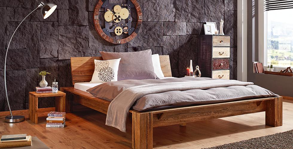 Holzbett aus Eiche mit passendem Nachttisch von mömax.