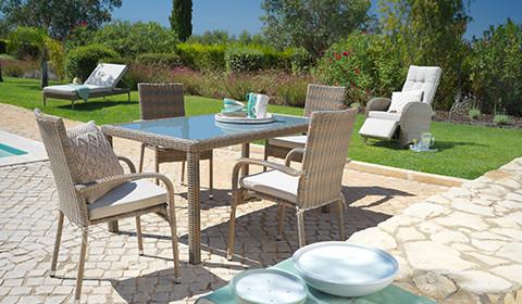 Gartentisch aus Polyrattan und mit Tischplatte aus Glas von mömax.