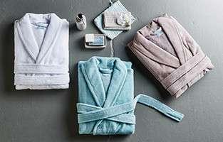 Zusammengelegte Bademäntel in Weiß, Mintgrün und Taupe von mömax.