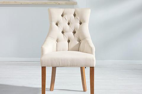 Weißer Armlehnstuhl mit einem robusten Gestell aus Kautschukholz von mömax.