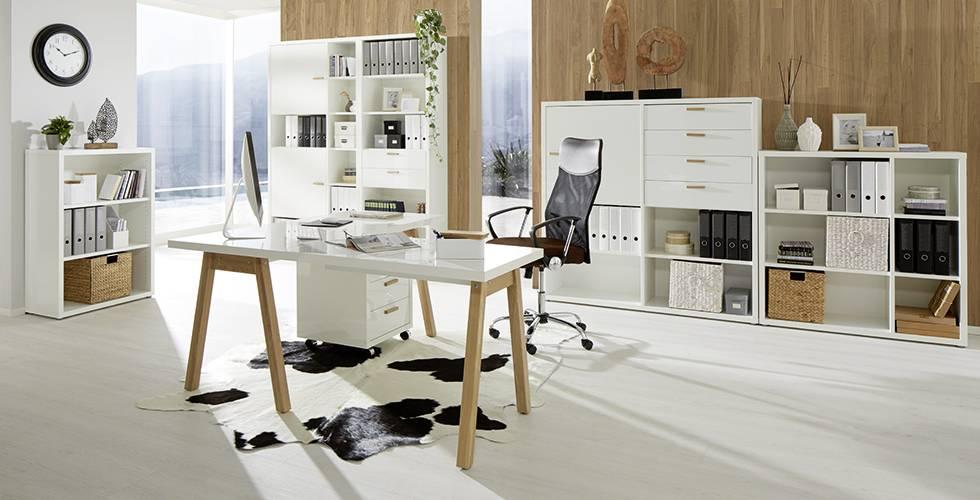 """In Weiß und Mittelbraun gehaltenes Arbeitszimmer """"Ducato"""" mit extra viel Stauraum von mömax."""