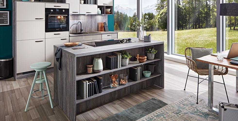 Rustikal-edles Flair: Wohnküche und Kücheninsel in Holznachbildung mit weißen Fronten und modernen Elektrogeräten von mömax.