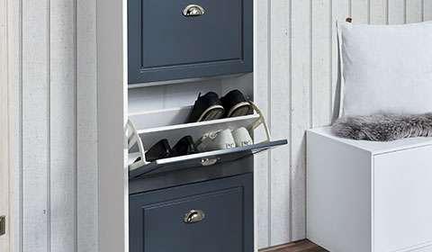Viseča omarica za čevlje v belo-modri barvni kombinaciji