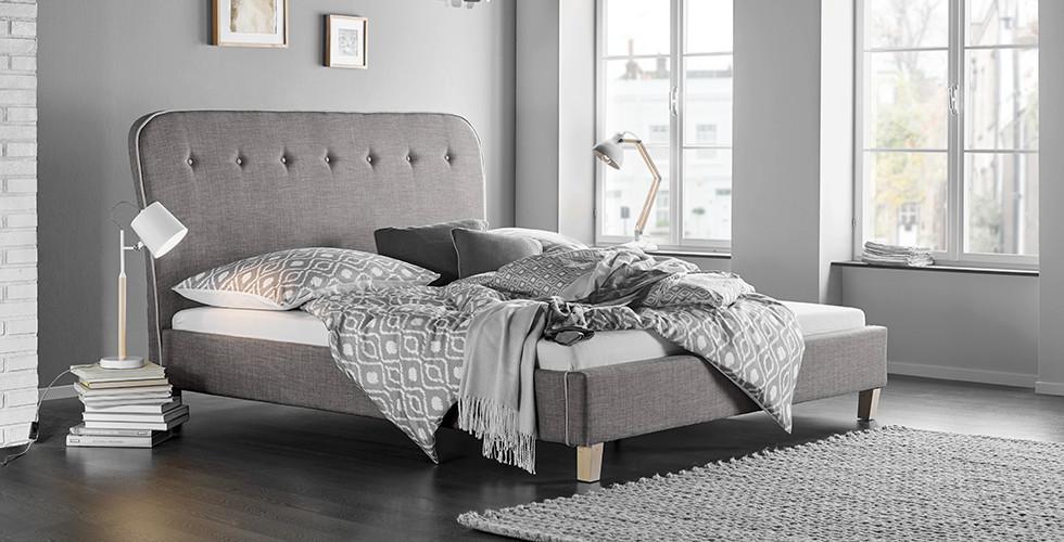 Polsterbett mit hohem Kopfteil, in Grau, von mömax.