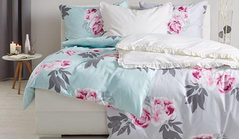 Zweifarbige Bettwäsche mit Blumenmuster, vorne türkisfarben und hinten hellgrau, von mömax.
