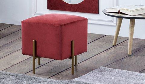 Trendiger Hocker mit Füßen in Goldfarben und roten Samtbezug von mömax.