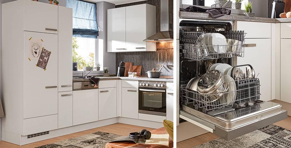 Weiße Eckküche mit Griffen aus Edelstahl, von mömax.   Offener Geschirrspüler, teilintegriert in eine Einbauküche mit weißer Front, von mömax.
