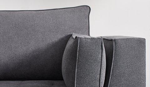 Detailansicht einer dunkelgrauen Couch aus Stoff von mömax