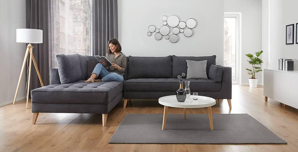 Sedežna garnitura v skandinavskem stilu s sivo prevleko in nogami iz lesa
