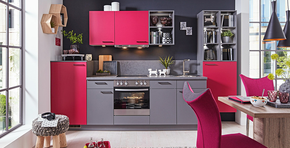 Moderne Küche mit Pink und Grau.