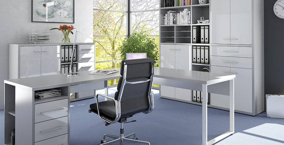Moderno pisarniško pohištvo: črn direktorski stol iz umetnega usnja, bela kotna pisalna miza in pisarniške omare visoki sijaj