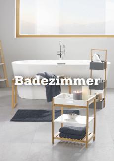 freistehende Badewanne in Weiß mit Regal aus Holz und grauem Handtuch