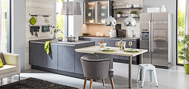 Offene Einbauküche in grau