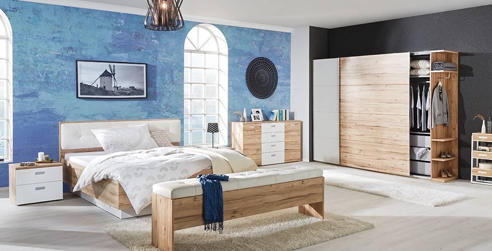 Schlafzimmer-Set mit Kleiderschrank, Kommode, Bett und Nachttisch in Weiß und Eiche von mömax.