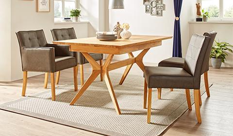 Esstisch aus Eiche Massivholz mit ausziehbarer Tischplatte für genügend Platz von mömax.
