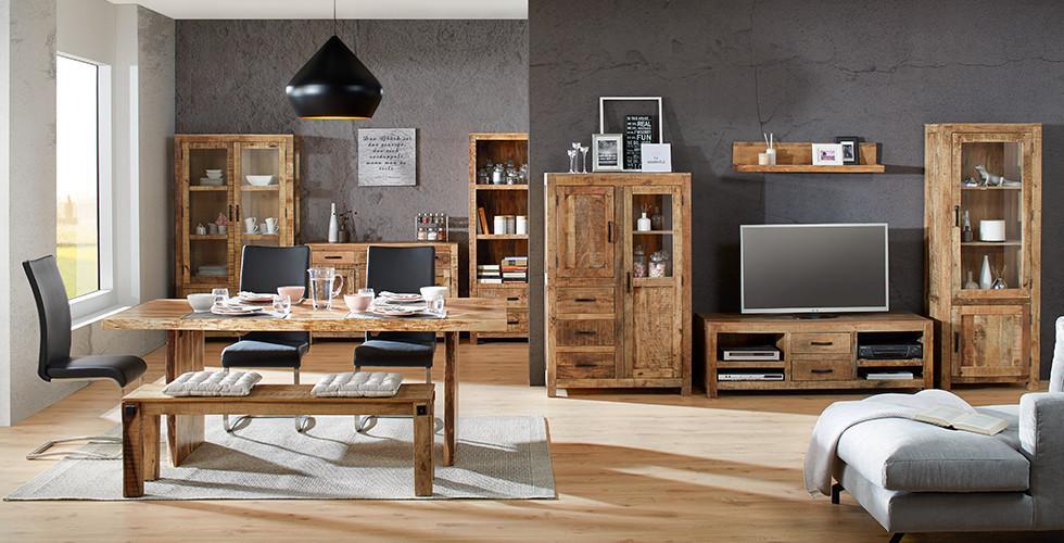 Wohnzimmer im Industry-Stil aus Holz mit Metallelementen.