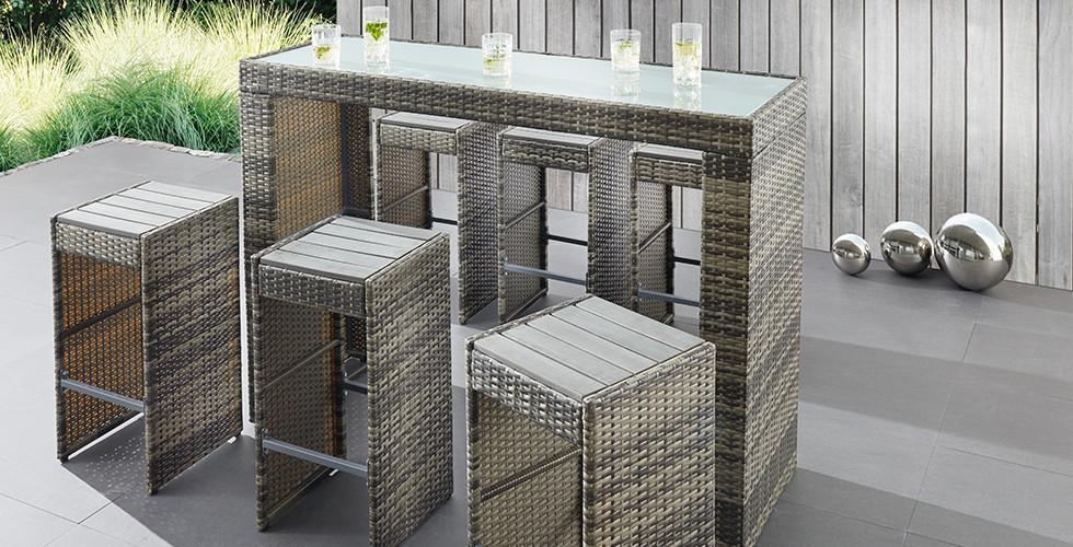 Robustes Gartenmöbel-Set aus witterungsbeständigen Polyrattan für lauschige Sommernächte von mömax.