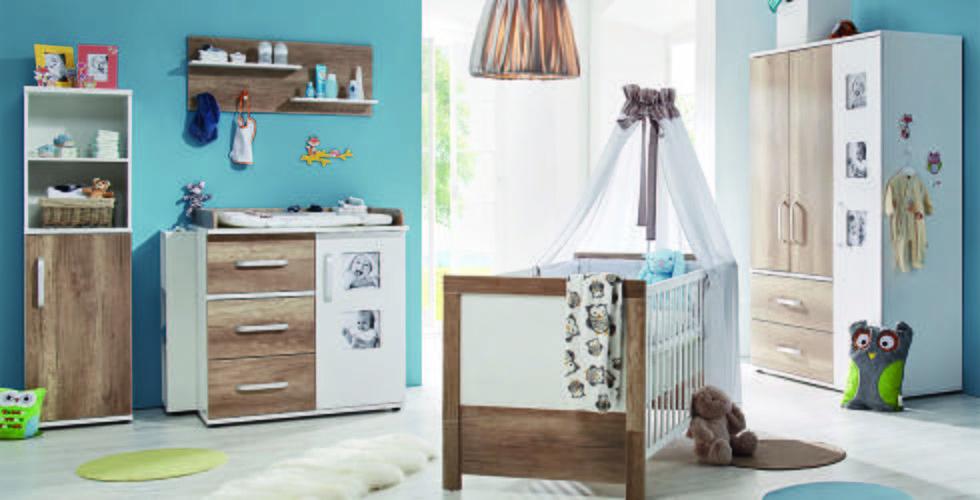 Babyzimmerset in Weiß und Holz-Optik, mit Schränken, Wickelkommode und Gitterbett von mömax.