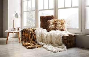 Felldecken und Fellkissen in Braun und Weiß von mömax.