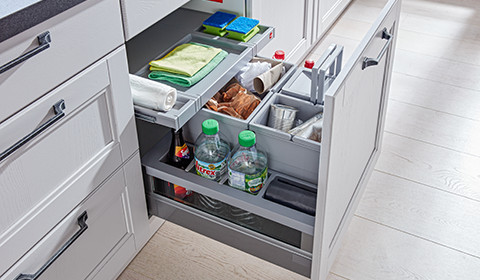 Praktisches Mülltrennsystem zum Ausziehen, integriert in den Küchenunterschrank, bei mömax.