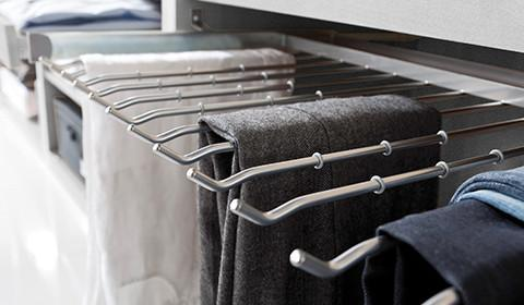 Hosenbügel als Kleiderschrankausstattung zum Ausziehen von mömax.