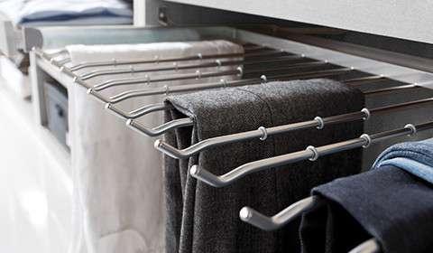 Kleiderschrank mit Hosenbügeln zum Ausziehen von mömax.