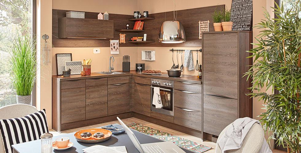 Küche in L-Form, warme Farben, modern.