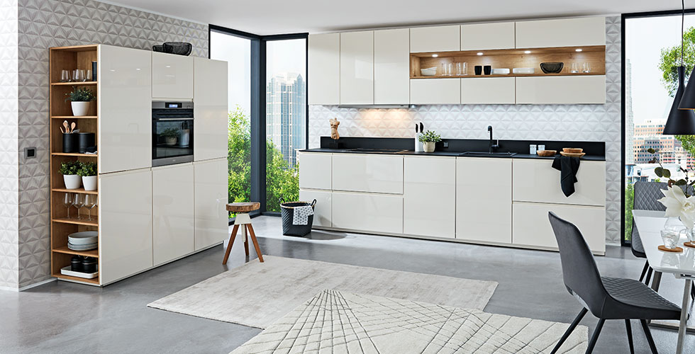 Weiße Planungsküche in Hochglanz und mit Lacklaminat-Oberflächen inklusive großen Schubladen von mömax.