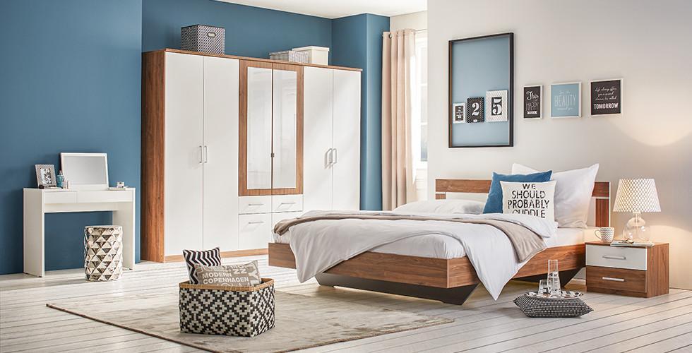Schlafzimmerset mit Drehtürenschrank, Bett und Nachttisch in Weiß und Eiche von mömax.