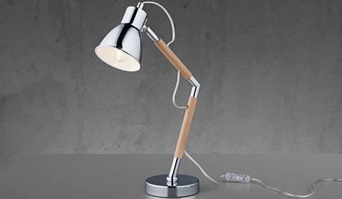 Höhenverstellbare Schreibtischlampe im Holz-Look mit Chrom-Elementen von mömax.