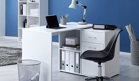 Optimales Arbeitszimmer mit weißem Schreibtisch inklusive Stauraum günstig bei mömax kaufen