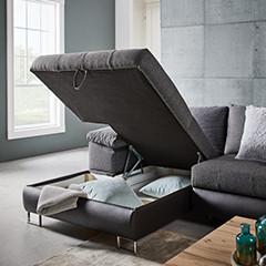 Graue Couch mit Stoffbezug und ausreichend Stauraum von mömax.