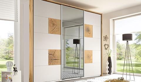 Schwebetürenschrank in Weiß und Eiche, mit integriertem Spiegel von mömax